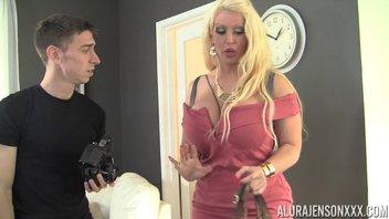 Чертовски красивая зрелая блондинка с пышными формами жахается с молодым фотографом Alura Jenson