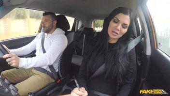 Инструктор по вождению на заднем сидении помогает сдать экзамен очередной гламурной шлюшке Jasmine Jae