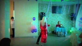 Танцевальная пара меняя образы показывает стриптиз