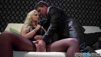 Тони Рибас (Tony Ribas), а точнее его мощный хуй, пердолил доступную блондиночку Феникс Мари (Phoenix Marie), мощнейшая порнуха