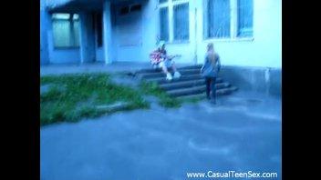 Молодой русский уличный музыкант развел девку на еблю