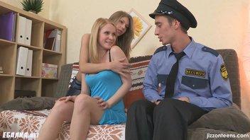 Две горячие цыпочки знатно расслабили молодого охранника