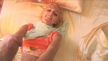 Кудрявая худенькая блондиночка обожает секс
