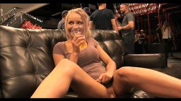 Красивая блондинка показала все свои прелести