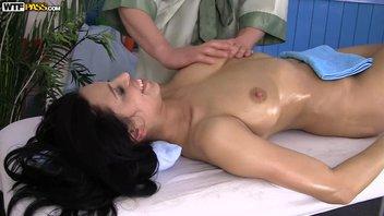 Кира Квин на массаже