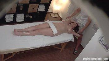 Массаж для грудастой шикарной зрелой женщины и ее проёб членом массажиста