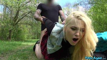 Симпатичная студенточка согласилась за деньги потрахаться в парке Misha Cross