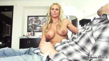 На скрытую камеру студент в жесткой форме поимел в рот, пизду и в жопу элитную проститутку Phoenix Marie