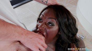 Ебака с трудом запихивает свой гигантский хуй в сочную пизденку намасленной негритянки Jai James