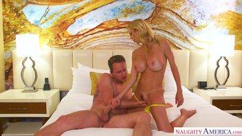 Послушный паренек делает куннилингус и своим большим членом доставляет удовольствие красивой зрелой любовнице Alexis Fawx