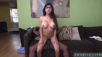 Черный огромный самец сильно насаживает на свой толстый конец Миа Халифу (Mia Khalifa), крутая межрасовая порнушка