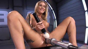 Красивая татуированная блондиночка с сочной писечкой cладко стонет и писается от долбежки секс-машины Клео Валентайн (Kleio Valentien)