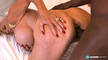 Горячая бабушка с большими силиконовыми сиськами обожает перед сексом ласкать большой черный член молодого негра Сэлли Д'Анджело (Sally D`Angelo)