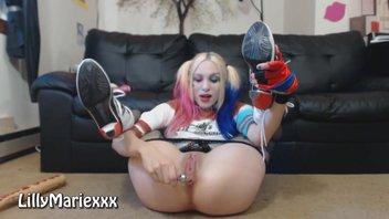Развлекается с игрушкой Харли Куинн (Harley Quinn)