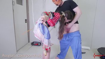 Молодую сучку распяли и жестко наказывают
