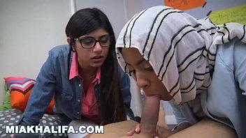 Сучка Миа Халифа (Mia Khalifa) обучает арабскую подружку отсосу, отлично шалуньи сосут и заглатывают здоровый конец