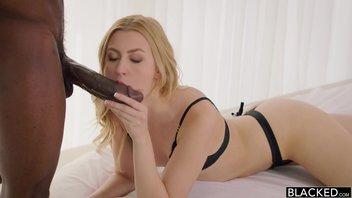 Худенькая блондиночка второй раз лишает себя девственности порвав свою сладенькую киску гигантским черным хуем татуированного негра Алекса Грейс (Alexa Grace)