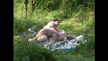 Муж и жена ебутся в лесу