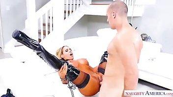 Гибкая звездная порно мамаша Тиган Джеймс (Tegan James) раздвигает ножки и получает по пизде