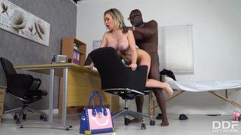 Гламурная зрелая блондинка с силиконовой грудью возбудила черного доктора и воспользовалась его большим инструментом Чесси Кей (Chessie Kay)