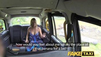 Таксист полирует в автомобиле блондинку с отличными здоровыми дойками