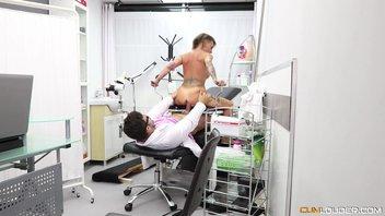 Молодой гинеколог трогая зрелую пизду татуированной сучки с большими сиськами возбудился, трахнул и кончил Джина Снейк (Gina Snake)