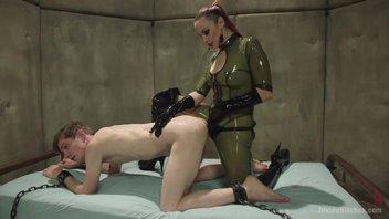 Брутальная госпожа в латексе балует секс-игрушками послушного парня Белла Росси (Bella Rossi)