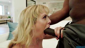 Ненасытная мамаша с глубокой глоткой и порванной пиздой ебет гигантский черный хуй негра Чери Девиль (Cherie DeVille)