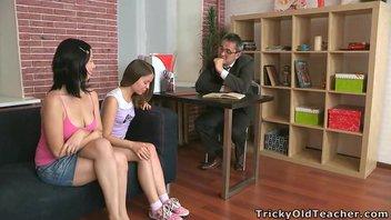 Джессика Си (Jessica C)  и Эмили (Emily) сдают зачёт