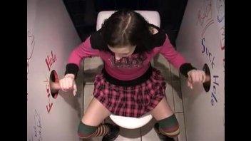 Вдвоем нагнули раком студентку в туалете клуба
