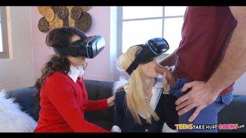 Две сучки давалки в виртуальных очках, здоровым шлангом их хорошенько любовник прогревает