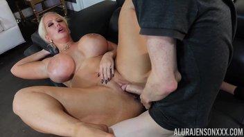 Двухметровая мамаша с силиконовыми дойками и жирной жопой воплощает в реальность сексуальные фантазии девственника и лишает девственности Алура Дженсон (Alura Jenson)