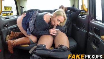 Шикарная зрелка мамаша Саша Стил (Sasha Steele) в роли водительницы такси, прямо в тачке она негра здоровяка обслуживает