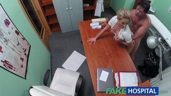 На приеме у доктора – мужик пациент жадно ебет блондинку врачиху