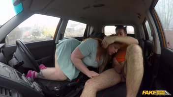 Жирная девка сдает экзамен по вождению на большом хую автоинструктора Естелла Батори (Estella Bathory)