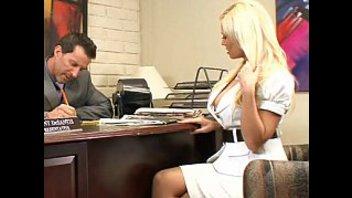 Грудастая блондинка подкатывает к боссу