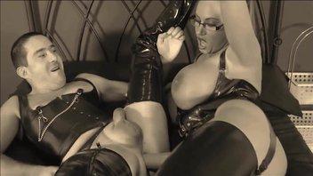 Грудастая властная милф Эмма Батт (Emma Butt) страпоном отлично ебет мужика в жопу, доминировать сиськастая мамаша любит