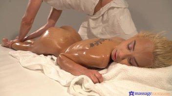 Масляный секс-массаж массажиста с красивой намасленной блондинистой киской Вероника Леал (Veronica Leal)