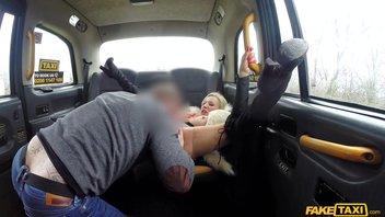 Британская мамаша с силиконовыми дойками и толстой жопой расплатилась за такси минетом и сочной киской Мишель Торн (Michelle Thorne)