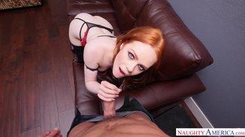Рыжеволосая развратница в сексуальном нижнем белье дразнит своей сочной попкой парня с большим хуем Элла Хьюз (Ella Hughes)