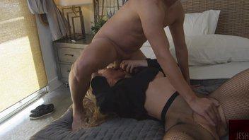 Молодой фанат с маленьким хуем снимает домашнее порно с порнозвездой Николь Энистон (Nicole Aniston)