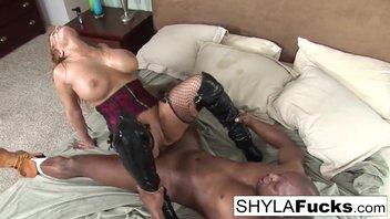 Зрелая с негром – порно милфа с большими дойками балдеет от большого черного хуя и великолепно под базуку подставляет свои дыры, Шайла Стайлз (Shyla Stylez)