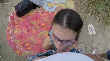 На рот девке бесстыднице, отлично молодая девушка засасывает крепкий большой писюн