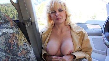 Проститутка глотает на свежем воздцхе