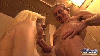 Дедушка с большим членом лишает девственности красивую 18-ти летнюю девственницу