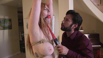 Бдсмщик развлекает рыжую девку с большими сиськами и волосатой пиздой Lauren Phillips