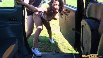 Негритянская мамаша отсосала и дала в жопу за бесплатный проезд в такси Кики Минаж (Kiki Minaj)