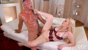 Очень сексуальная красавица Эмбер Джейн (Amber Jayne) ебется с опытным мужиком, отличный горячий трахач