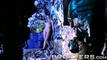 BRAZZERS - Супер шлюхи трахают солдата