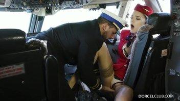 Пилот трахнул стюардессу в самолете перед вылетом